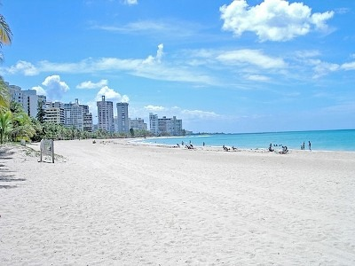 The beautiful Isla Verde beach, one of the favorite places of cruise travelers.